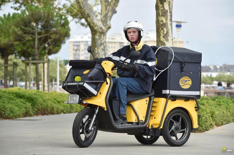 Chloe Paquet sur un scooter